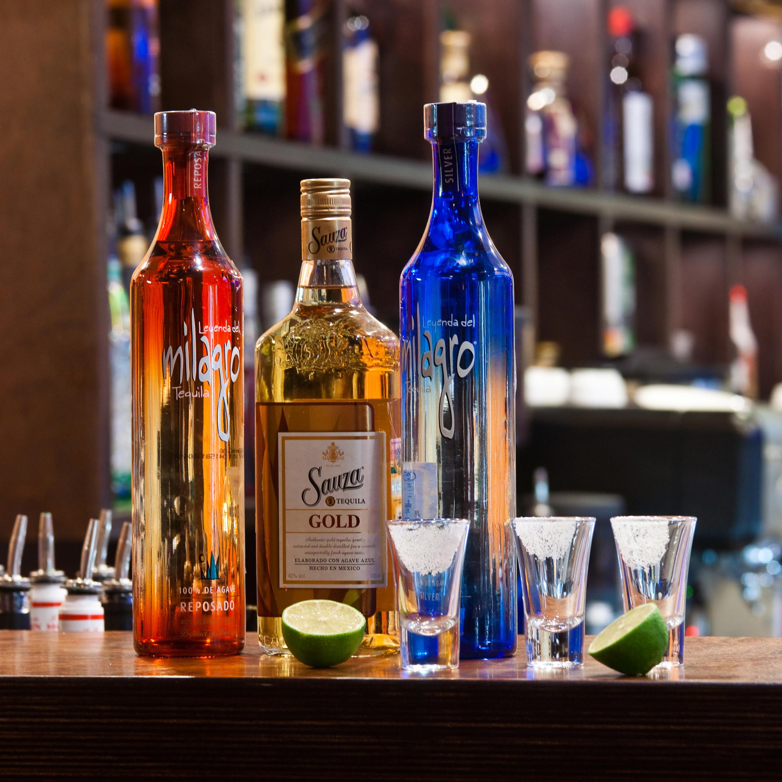 Бутылки с алкоголем на барной стойке ресторана в галерее профессионального фотографа